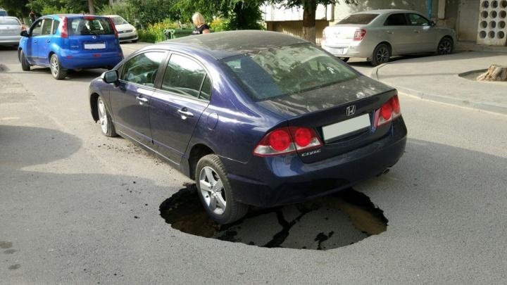 В Волгограде автомобиль на ходу провалился в метровую яму