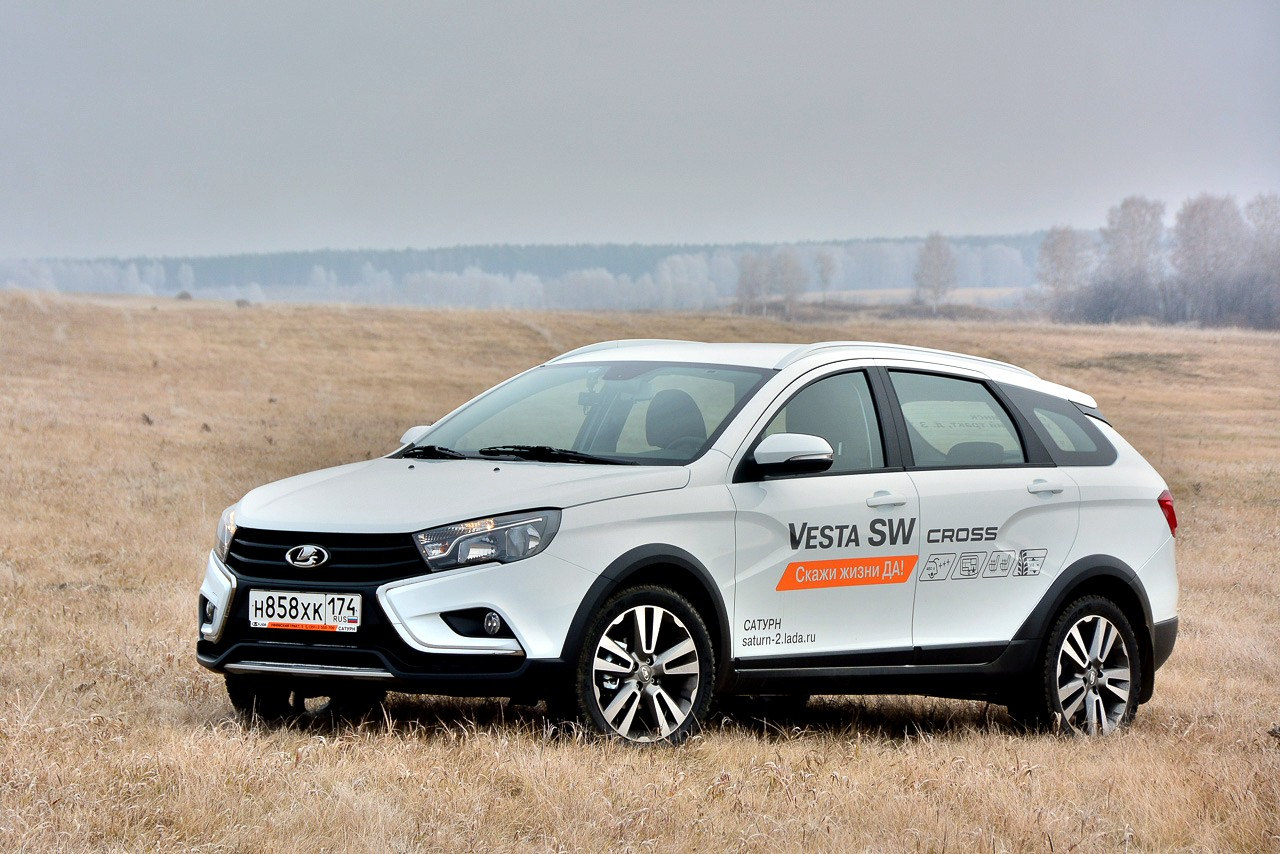 Lada Vesta SW Cross стоит дороже обычного универсала: 756 тысяч против 640 тысяч в базовых версиях. Но «Кросс» лучше оснащен, имеет пластиковый обвес и просвет свыше 200 мм.
