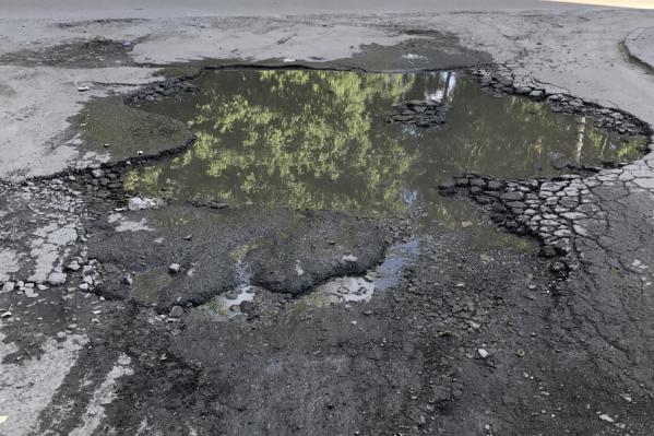 Дефект дорожного полотна представляет угрозу для автомобилей