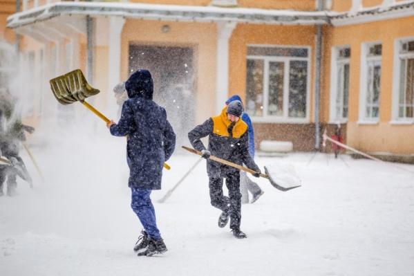 А школьникам уборка снега в радость