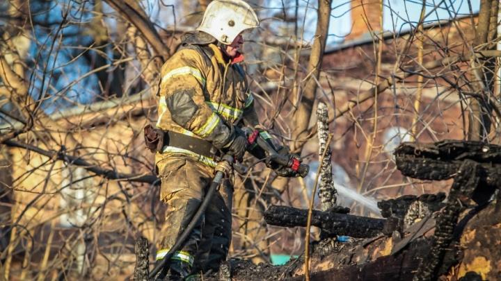 На Дону из-за неосторожного обращения с огнем произошел пожар: пострадала женщина