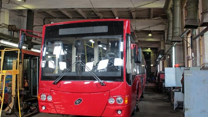 Сегодня по Ярославлю начнёт ездить новый красный троллейбус
