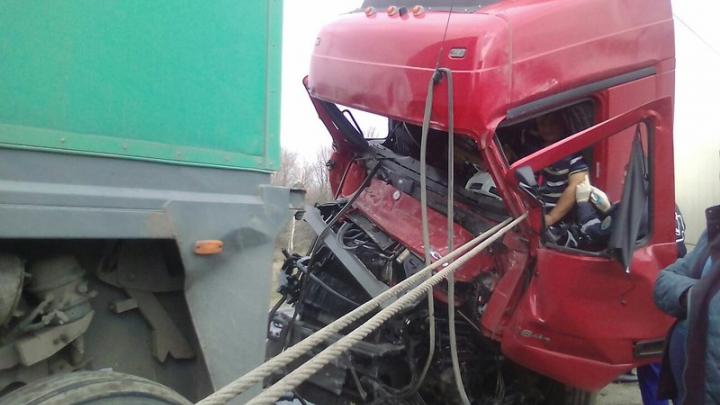 На трассе М-5 «Урал» столкнулись четыре большегруза, есть пострадавший