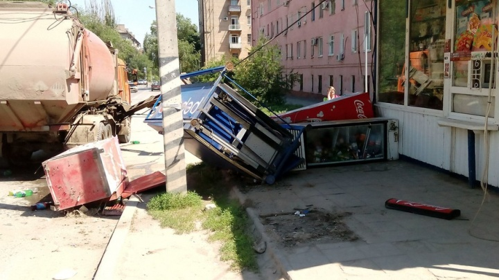 В Волгограде мусоровоз снес холодильники на остановке