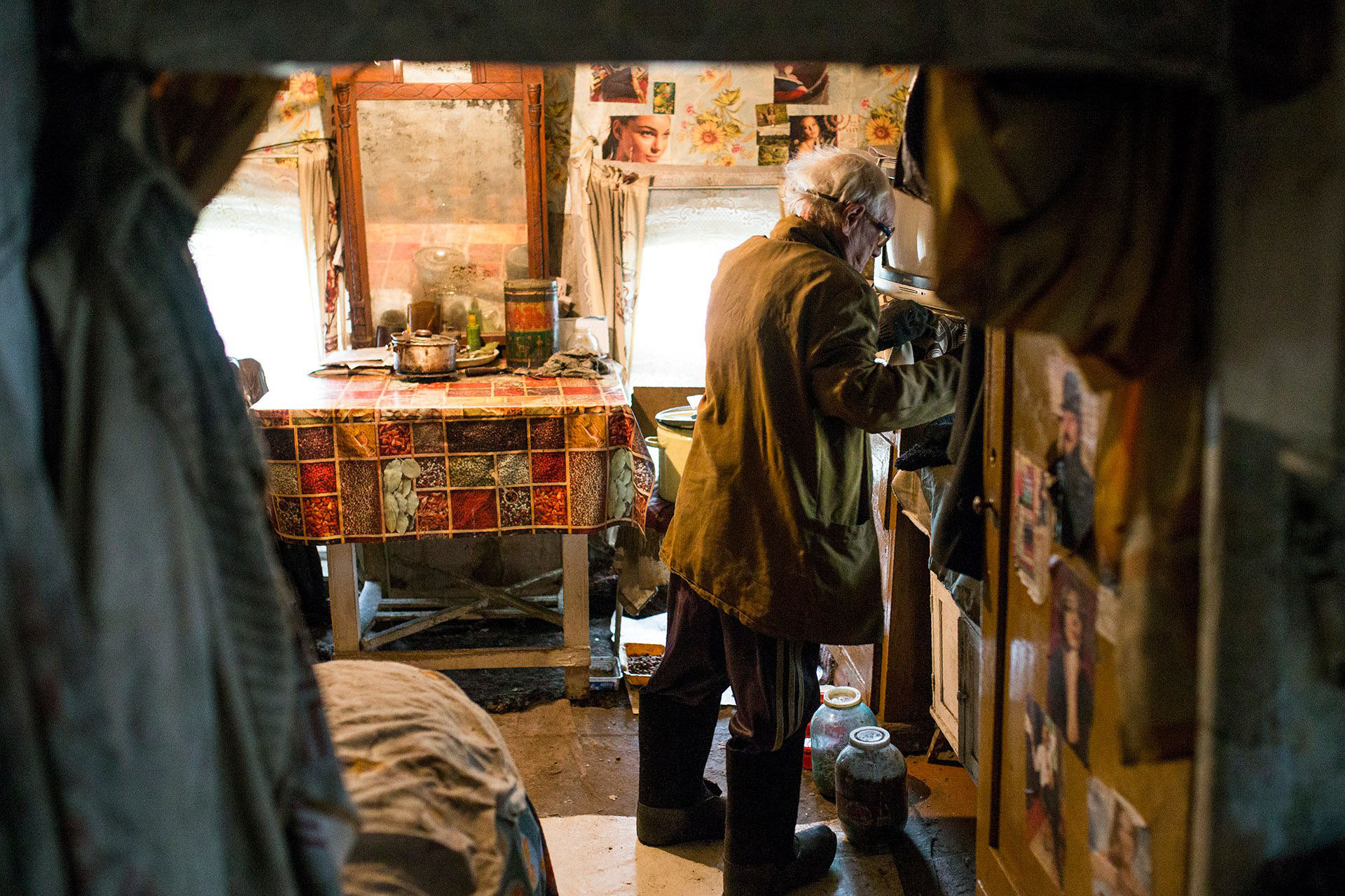 Изба изнутри малюсенькая - это вся комната для житья