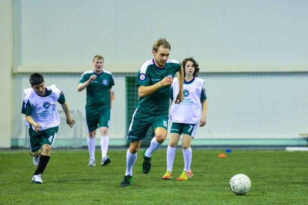 Воспитанники детских домов сыграли со сборной Антона Шипулина.