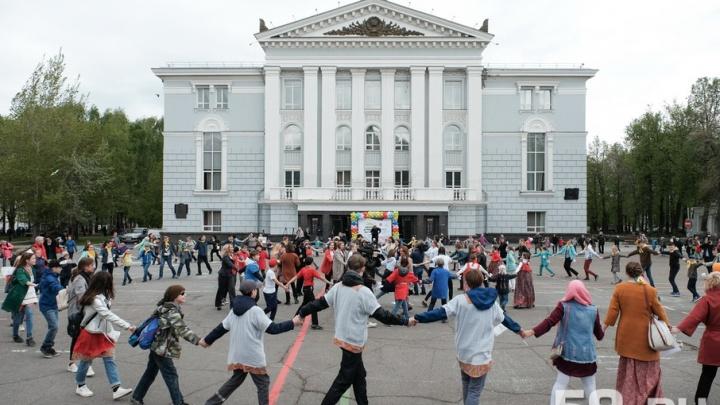 Сотни юных пермяков встали в хоровод на Дне защиты детей