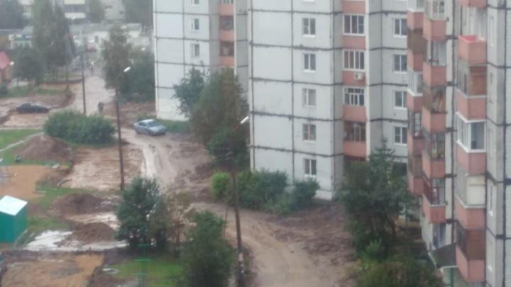 Грязное месиво в Брагино: ярославцы больше месяца утопают в глине