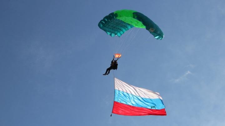«Крылатый» десант и выставка оружия: Архангельск отметил День ВДВ