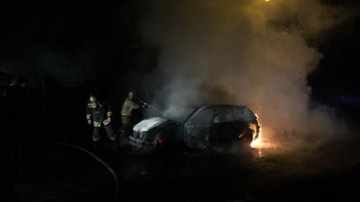 Под Ростовом полностью сгорел Volkswagen Golf