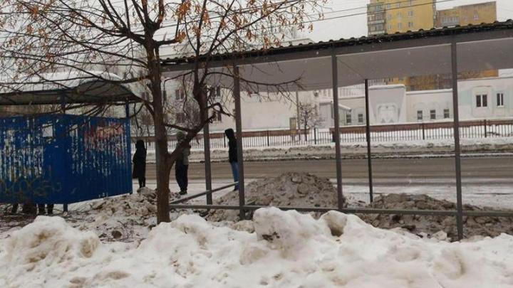 В Ярославле снег с дорог сгрузили в остановку