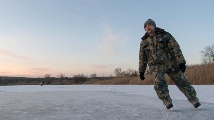 Волгоградцы тестируют лёд на вставших речках и прудах