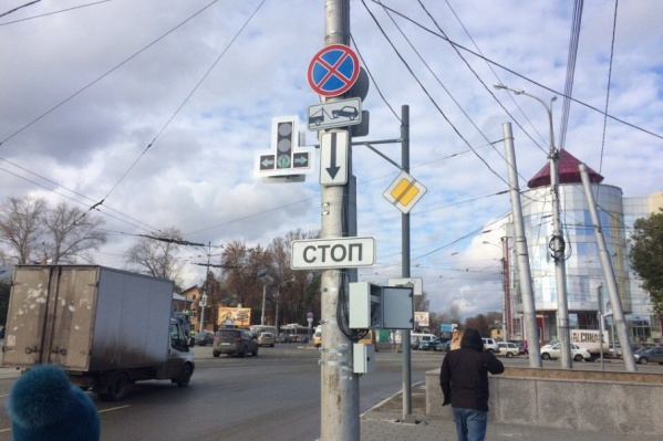 На светофорах загорелись красные и зеленые сигналы