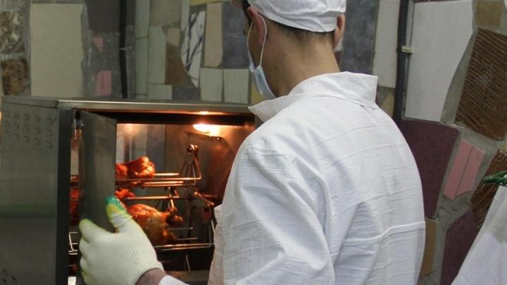 Осужденные тюменских колоний начали готовить курицу гриль