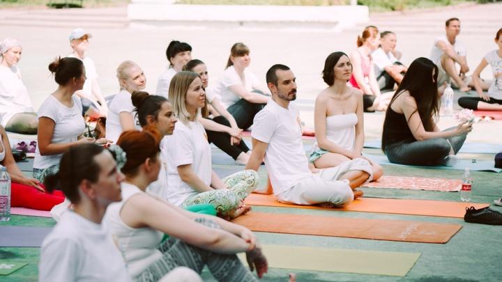 В парке Революции флешмобом отметили Международный день йоги