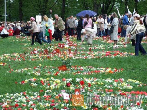 Когда не хватило места у монумента, цветы выкладывали на газонах