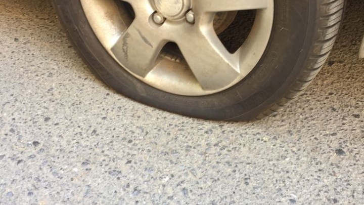 В Ростове прокололи колесо автомобиля после того, как не получилось его украсть