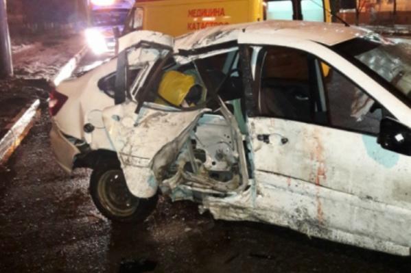 Водителя и пассажира легковушки врачи увезли с места ДТП в больницу