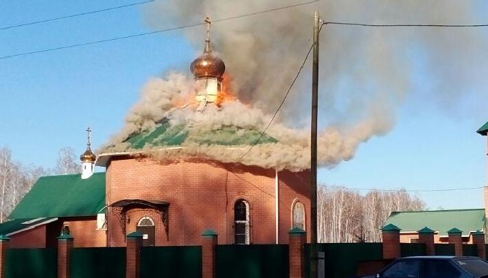 На челябинском кладбище загорелся храм
