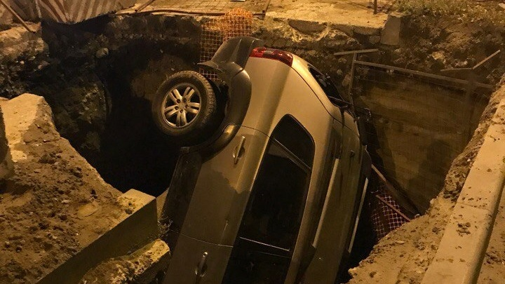 В Ворошиловском районе кроссовер на полном ходу влетел в двухметровую яму в асфальте