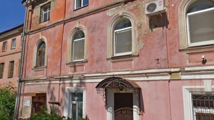 На Кировский управдом завели дело за двухсотлетний дом