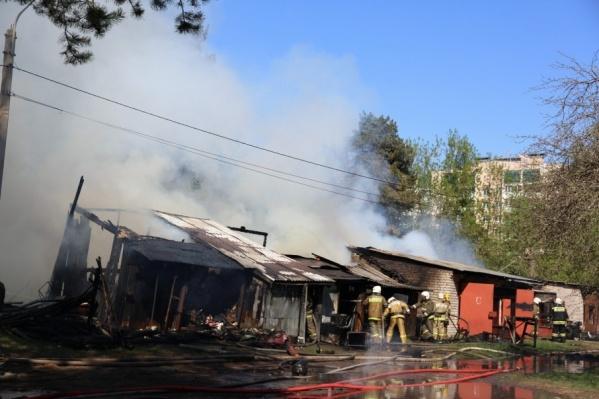 На тушение пожара выехали несколько пожарных бригад