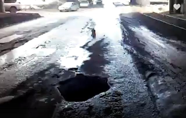 Челябинский автомобилист «убил» колесо в большой яме на проспекте Победы