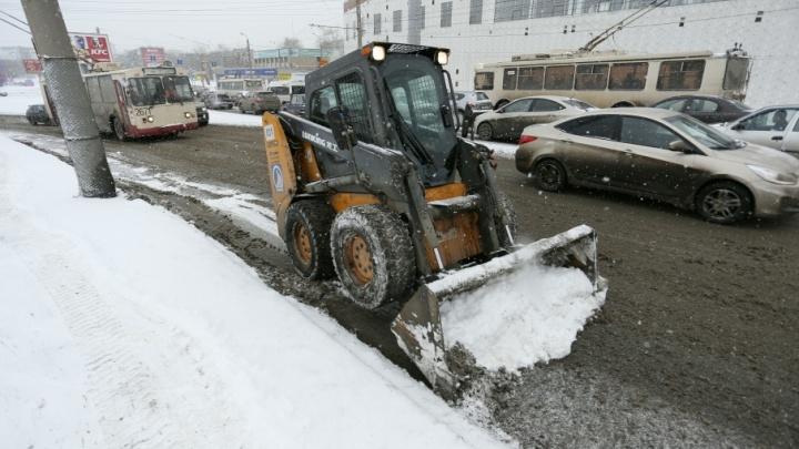«Посыпаем, подметаем»: на уборку снега в Челябинске вывели 130 машин