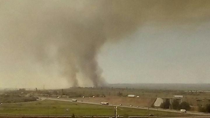Пожарный поезд тушит пять гектаров горящего камыша под Ростовом