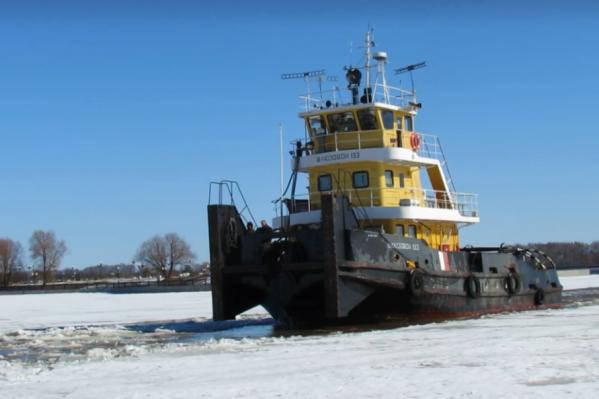 Реке помогают освободиться ото льда