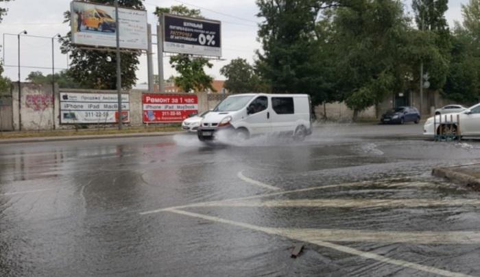 Дорогу в центре Ростова затопило водой
