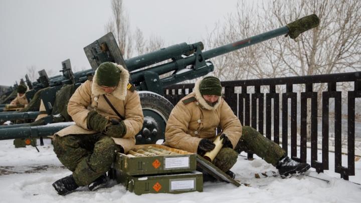 Военные зачехлили пушки для праздничного салюта в Волгограде
