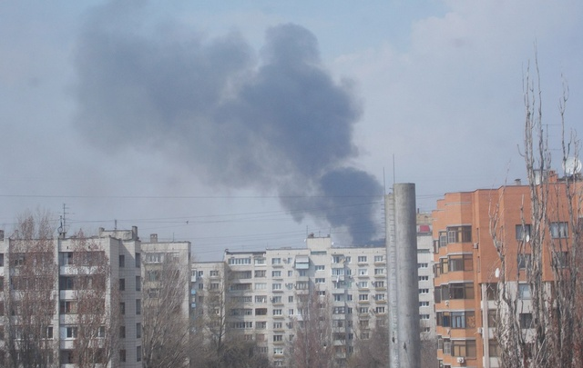 В Волгограде спасатели больше часа тушат возгорание камыша и сухой травы