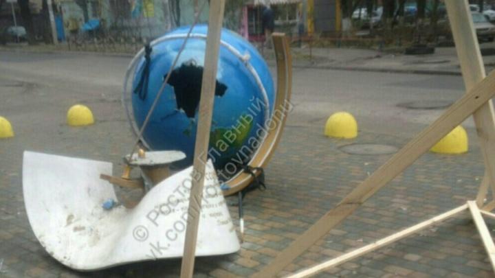 В Ростове сломали арт-объект «Глобус» на площади Дружинников