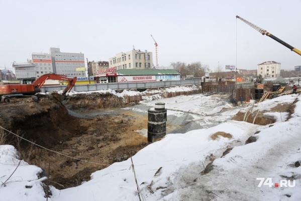 На перекрестке улиц Российской и Карла Маркса начал работать кран