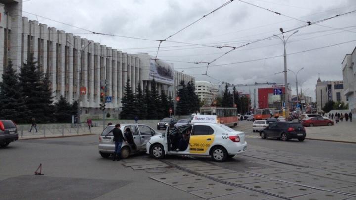 Движение трамваев парализовано: в Перми возле органного зала на путях столкнулись два автомобиля