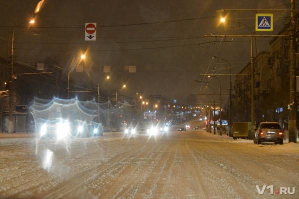 Начавшийся днем снег к ночи убаюкал город