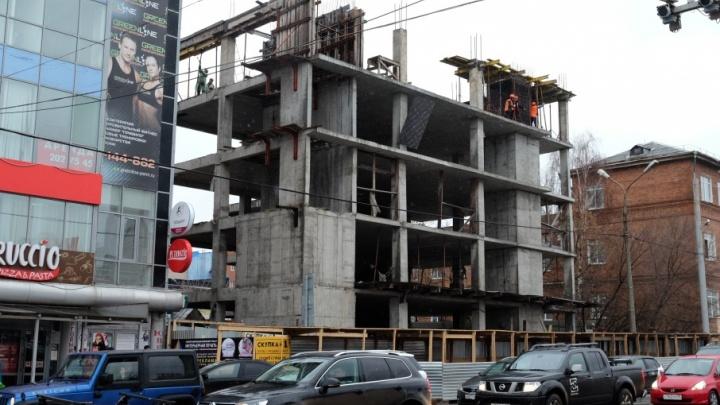 Завершат в июне: в Перми начали сносить недостроенный торговый центр на улице Попова
