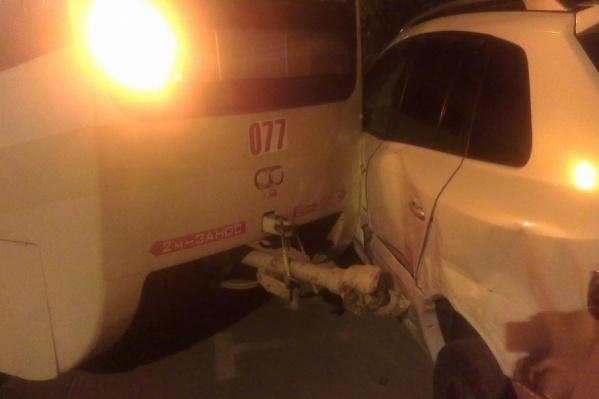 Легковой автомобиль получил механические повреждения