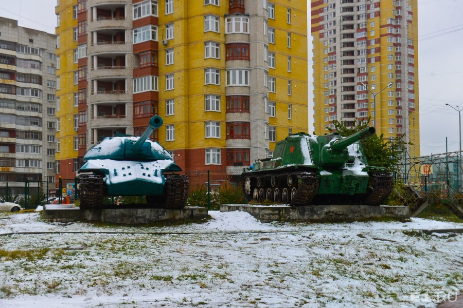 От музея под открытым небом здесь осталось два танка, но местные мальчишки и сейчас разглядывают гусеницы и забираются на крышу боевой машины.