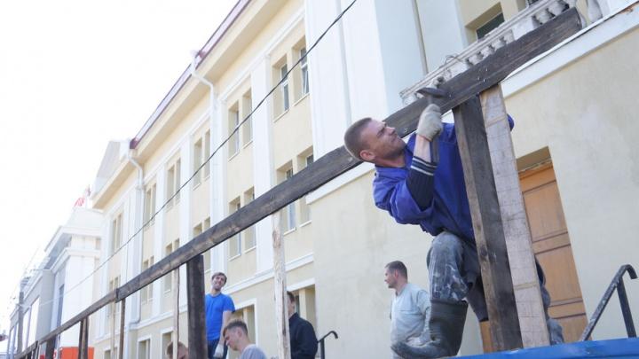 Открытый фасад кукольного театра ко Дню ВМФ спрячут за сеткой