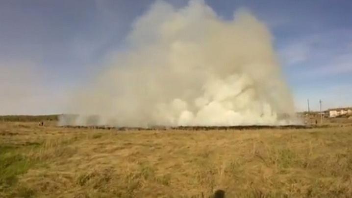 Сильный ветер раззадорил пожар в посёлке под Челябинском