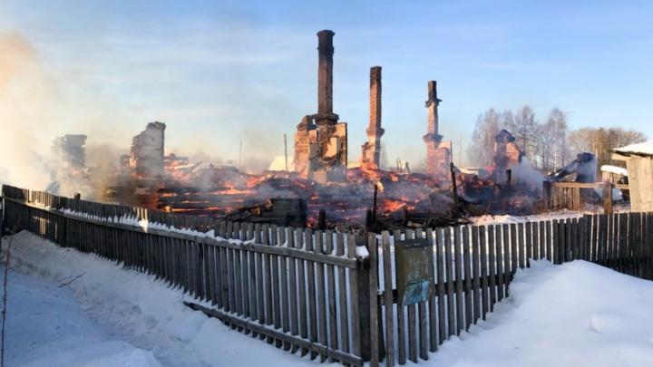 «Смотрю на работе в окно — мой дом горит»: в Емце несколько семей остались без жилья