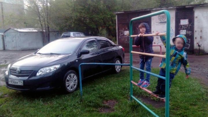 Большие «игрушки» челябинцев: как избавить детскую площадку от припаркованных машин