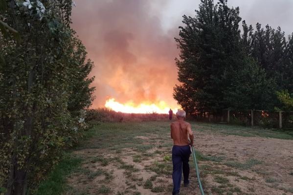 Люди со шлангами противостояли стене огня
