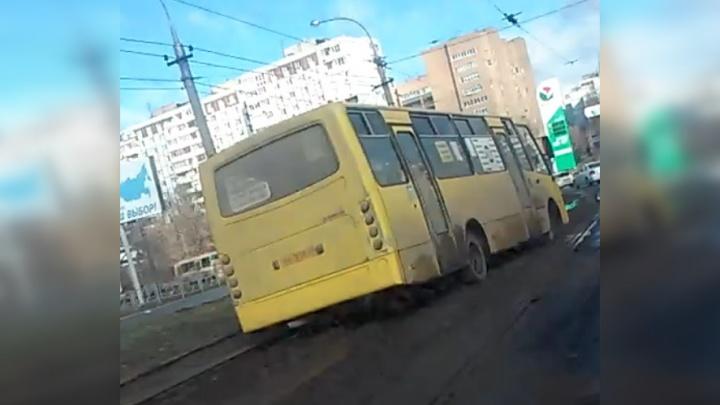 На улице Дачной автобус № 266 застрял в грязи на трамвайной линии