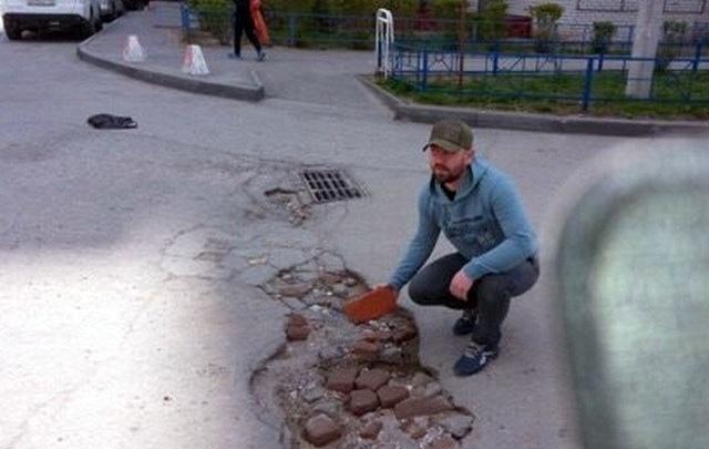 Активист помог коммунальщикам найти двухметровую яму на дороге Волгограда