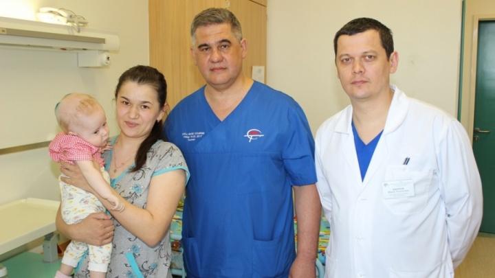 В Тюмени нейрохирург спас 9-месячную девочку из Татарстана от редкой болезни: в её голове выросли две опухоли