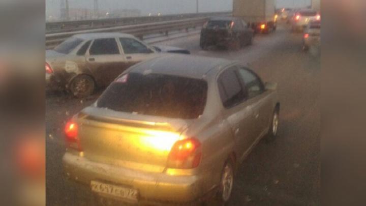 На тюменской объездной водитель «Газели» въехал в сломавшуюся «Ладу», пострадали два человека