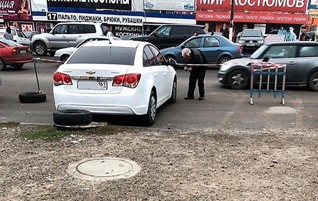 Ростовчане жалуются на «парковочную мафию», протыкающую колеса возле рынка «Темерник»